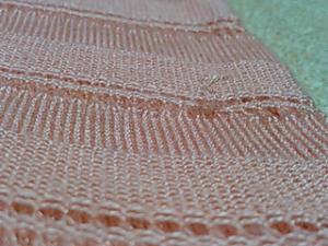 編み目から飛び出した毛糸が……